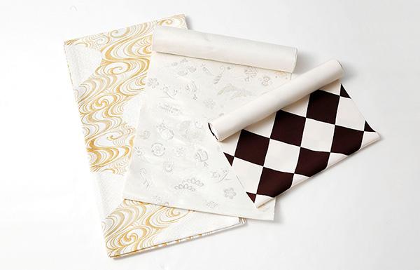 白地の「流水文様」袋帯、白地の「宝尽くし文」織名古屋帯、白とこげ茶の「市松柄」染名古屋帯