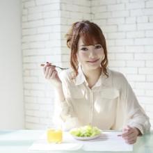 朝食を食べる女性写真